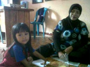 Daeng Bau bersama anaknya (Dokumen 2009)