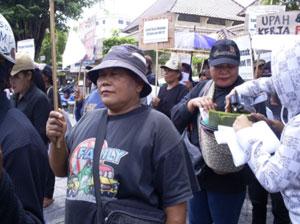 Ibu Sutinah dalam Aksi Tolak Penggusuran Yang dilakukan oleh Mega Proyek Parangtritis (Dokumentasi Solidaritas Perempuan, 2010)