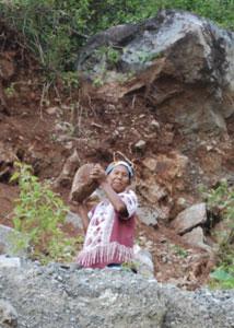 Ibu Tallo sedang menambang batu secara arif (dokumen tahun 2009)