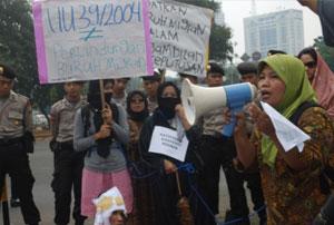 Foto 1: Teh Dedeh sedang berorasi tentang pentingnya ratifikasi konvensi PBB tahun 1990 tentang Buruh Migran saat beraksi di hari buruh internasional, 2 Mei2009 (Dokumentasi Solidaritas Perempuan tahun 2009)