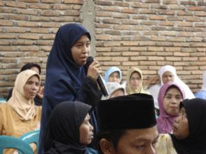 Foto 5: Ibu Nurlela menyampaikan aspirasi perempuan Desa Padang di saat Musrembang Desa (dokumentasi 2009)